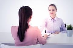 Het bedrijfsvrouw schudden dient het bureau in na succesvolle vergadering royalty-vrije stock afbeelding