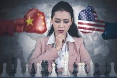 Het bedrijfsvrouw spelen schaak op bureau stock foto's