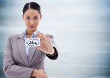 Het bedrijfsvrouw standhouden kaart die ideekrabbels tonen tegen onscherp blauw houten paneel royalty-vrije stock afbeelding