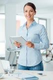 Het bedrijfsvrouw stellen met een digitale tablet Royalty-vrije Stock Afbeelding