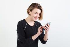 Het bedrijfsvrouw texting op haar geïsoleerde celtelefoon royalty-vrije stock foto