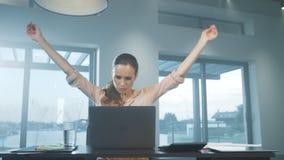 Het bedrijfsvrouw uitrekken zich wapens Het vermoeide vrouw ontspannen op het verre werk stock videobeelden