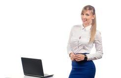 Het bedrijfsvrouw werken bij laptop, isoleert Stock Fotografie