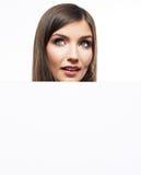 Het bedrijfsvrouwengezicht kijkt uit reclameaanplakbord Stock Afbeelding