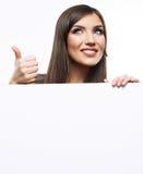 Het bedrijfsvrouwengezicht kijkt uit reclameaanplakbord Royalty-vrije Stock Fotografie