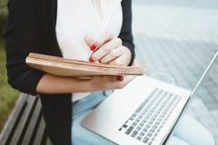Het bedrijfsvrouwenwerk tijdens de moderne laptop en het document van het middagpauzegebruik documenten royalty-vrije stock foto