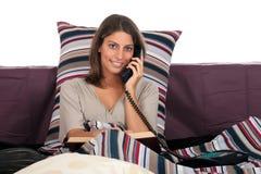 Het bedtelefoongesprek van de vrouw Stock Foto