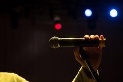 Het beeld de omroeper spreekt in een microfoon royalty-vrije stock afbeelding