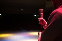 Het beeld de omroeper spreekt in een microfoon stock fotografie