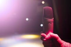 Het beeld de omroeper spreekt in een microfoon royalty-vrije stock afbeeldingen