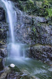 Het beeld die van het detaillandschap van waterval over rotsen stromen Stock Fotografie
