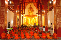 Het beeld en de monniken van Boedha stock afbeeldingen