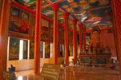 Het beeld en de Muurschilderingen van Boedha in Wat Preah Prom Rath, Siem oogsten stock foto