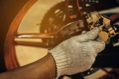 Het beeld is omhoog Dicht, herstellen de Mensen een motorfiets royalty-vrije stock afbeelding