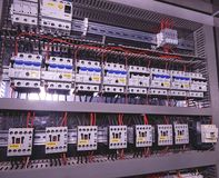 Het beeld toont stroomonderbrekers en elektroschakelaars Close-up Modern distributiegeval Contorlcel royalty-vrije stock fotografie