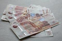 Het beeld uit als een ventilatorbankbiljetten wordt uitgespreid van de Centrale Bank van de Russische Federatie die Stock Fotografie