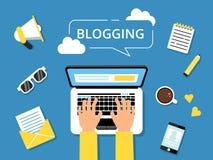Het beeld van het Bloggingsconcept Handen op laptop en diverse hulpmiddelen voor schrijvers rond royalty-vrije illustratie