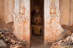 Het beeld van Boedha binnen van oude Birmaanse Boeddhistische pagoden Royalty-vrije Stock Afbeeldingen