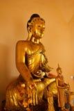 Het beeld van Boedha dat van teakwood met duizend éénjarigen in Wat Sr wordt gemaakt Stock Foto's