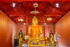 Het beeld van Boedha met zijn discuplestandbeelden in openbare Boeddhismekerk royalty-vrije stock fotografie