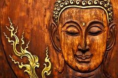 Het beeld van Boedha in Thais stijlhoutsnijwerk Stock Afbeeldingen