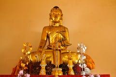 Het beeld van Boedha van teakwood in Srichum-tempel wordt gemaakt die Stock Afbeelding