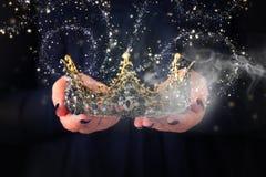 Het beeld van dame in de zwarte kroon van de holdingskoningin verfraaide met edelstenen en magische gloeiende geheimzinnige midde royalty-vrije stock foto's