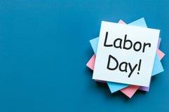 Het beeld van de arbeidsdag, 1 van Mei op blauwe achtergrond met lege ruimte voor tekst, malplaatje of model Stock Foto