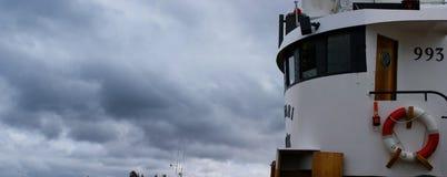 Het beeld van de brug van een vissersboot dokte in een haven in IJsland in een bewolkte dag stock fotografie