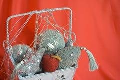 Het beeld van de close-up van zak met Kerstmisspeelgoed op rood Stock Foto's