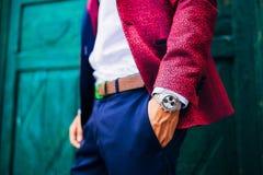Het beeld van de close-upmanier van luxehorloge op pols van de mens lichaamsdetail van een bedrijfsmens royalty-vrije stock afbeelding
