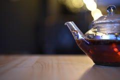 Het beeld van de drankfotografie van een dichte omhooggaande glastheepot vulde met de hete thee van het het kruidfruit van de rod Stock Fotografie