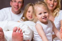 Het beeld van de groep van een jonge familie in Bed Royalty-vrije Stock Afbeeldingen