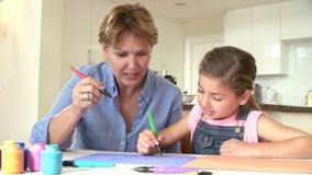 Het Beeld van de grootmoedertekening met Kleindochter thuis stock video