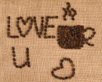 Het beeld van de koffiekop uit koffiebonen wordt samengesteld op juteachtergrond die royalty-vrije stock foto's