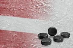 Het beeld van de Letse vlag met hockeypucks stock afbeeldingen