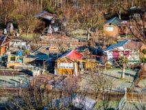 Het beeld van de schuine standverschuiving van stadstuin met huizen in de winter stock fotografie