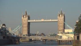 Het beeld van de torenbrug in daglicht één van de de toeristensymbolen van Londen stock video