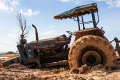 Het beeld van de tractor in de modder Stock Foto