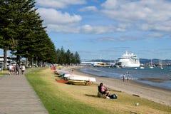 Het beeld van de vrije tijdsactiviteit van families en paren die langs het strand van tauranga ontspannen royalty-vrije stock foto