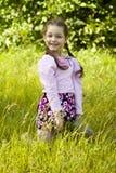 Het beeld van de zomer van weinig grappig meisje in park Royalty-vrije Stock Foto