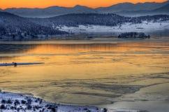 Het beeld van de zonsondergangwinter met meer royalty-vrije stock fotografie