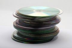 Het beeld van een stapel van DVDs die en CDs uit wordt genomen bekijken zijdelings Royalty-vrije Stock Foto's