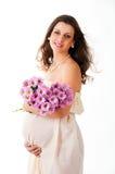Het beeld van een zwangere vrouw met violette bloemen. Stock Afbeelding