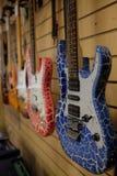 Het beeld van gitaren op een show-venster Stock Afbeelding