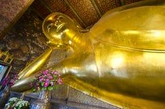 Het beeld van gouden doende leunen Boedha in Wat Pho Royalty-vrije Stock Fotografie