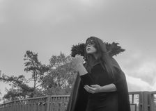 Het beeld van Halloween vrij in het hemelmeisje in een Zwart-witte kleding en een masker Stock Foto