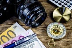 Het beeld van het bedrijfsreisconcept, woord liet ` s gaan Reis op naamkaart, persoonlijk ontwerpersboek, uitstekende camera, kom Stock Fotografie