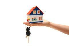 Het beeld van het concept van een huissleutels van de handholding Stock Afbeeldingen