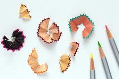 Het Beeld van het creativiteitconcept van kleurenpotloden en Houten Spaanders Royalty-vrije Stock Fotografie